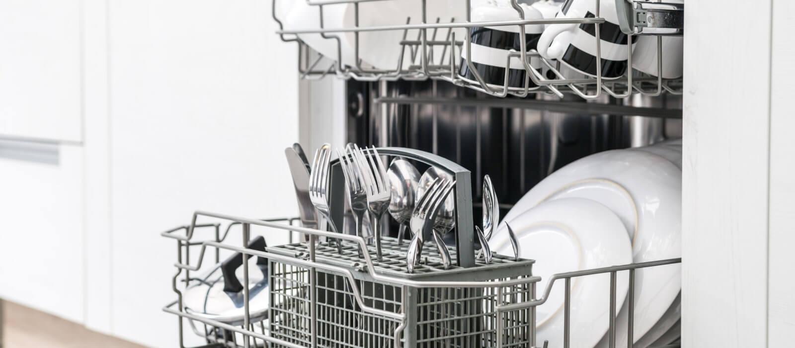 Opvaskemaskine fyldt med service